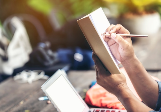 Equipe a mão que guarda o lápis e o caderno para pensar do projeto. Foto Premium