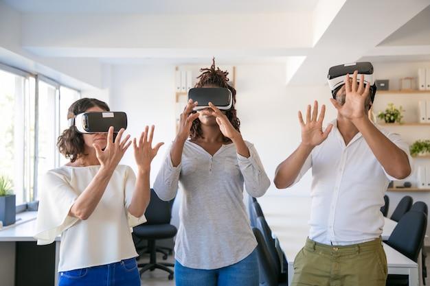Equipe animada de três jogando jogo virtual Foto gratuita