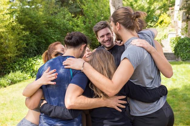Equipe corporativa passar o fim de semana juntos Foto gratuita