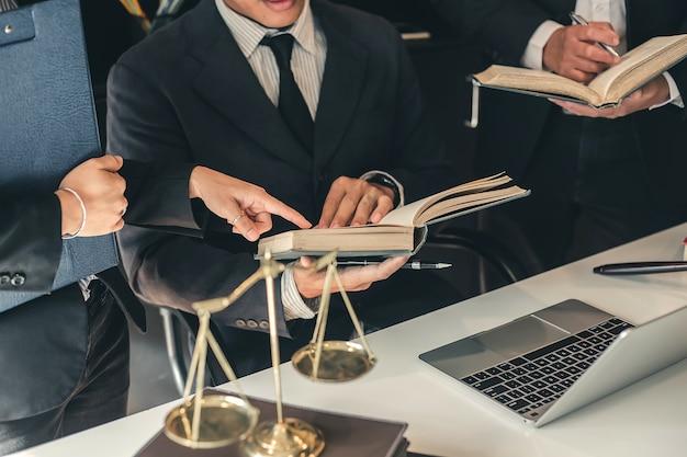 Equipe de advogados de negócios. trabalhando juntos de advogado na reunião. Foto Premium