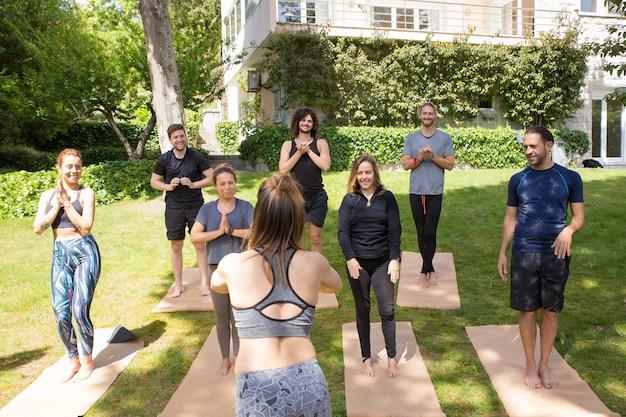 Equipe de amantes de ioga terminando aula Foto gratuita