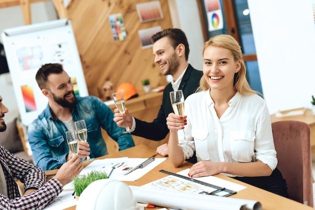 Equipe de arquitetos de designers bebendo champanhe. Foto Premium