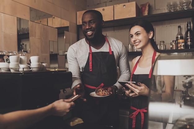 Equipe de cliente de serviço barista masculino e feminino Foto Premium