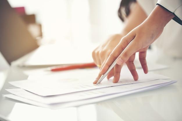 Equipe de consultoria de negócios, análise de planos de negócios. para a sustentabilidade do negócio. Foto Premium