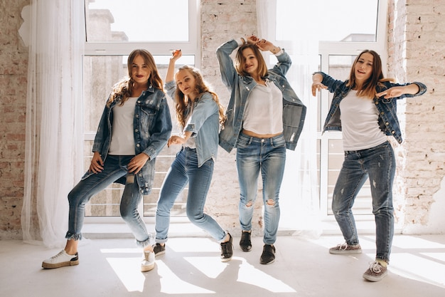 Equipe de dançarina no studio Foto gratuita