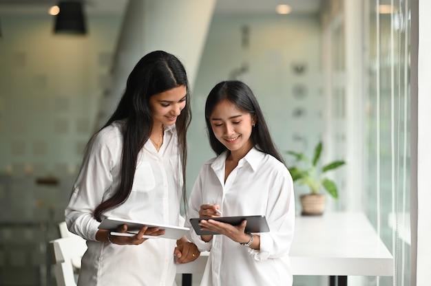 Equipe de designer de jovem colega planejando seu projeto juntos no local de trabalho moderno. Foto Premium
