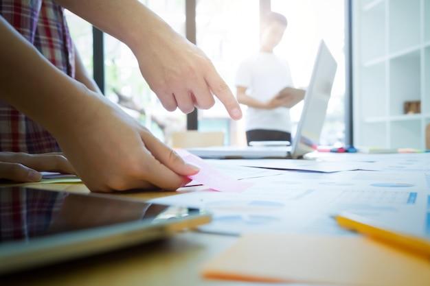 Equipe de designer gráfico, grupo de estudantes, reunião da equipe de negócios. Foto Premium