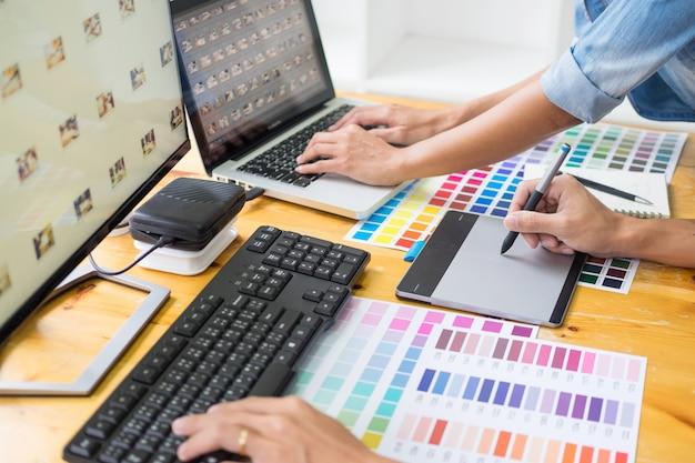 Equipe de designer gráfico trabalhando em web design Foto Premium