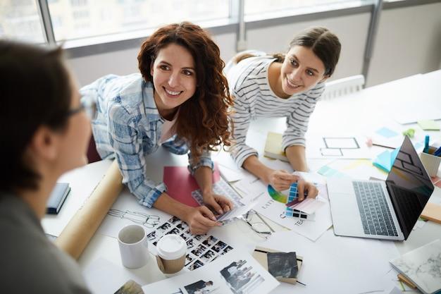 Equipe de designers criativos em reunião Foto Premium