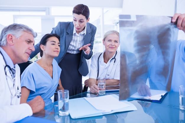 Equipe, de, doutores, e, executiva, examinando, xray Foto Premium