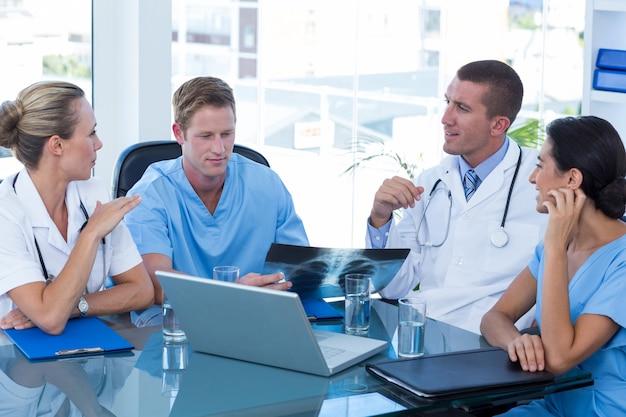 Equipe, de, doutores, tendo uma reunião Foto Premium