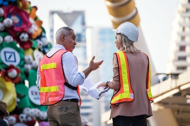 Equipe de engenheiro discutir projeto de construção no local Foto Premium