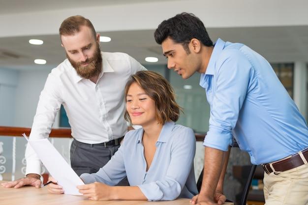 Equipe de gerentes satisfeitos com o relatório de vendas Foto gratuita