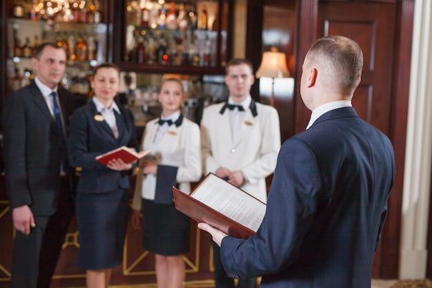 Equipe de informações no hotel e restaurante. Foto Premium