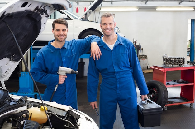 Equipe de mecânicos trabalhando juntos Foto Premium