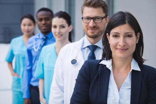 Equipe de médicos em fila Foto gratuita