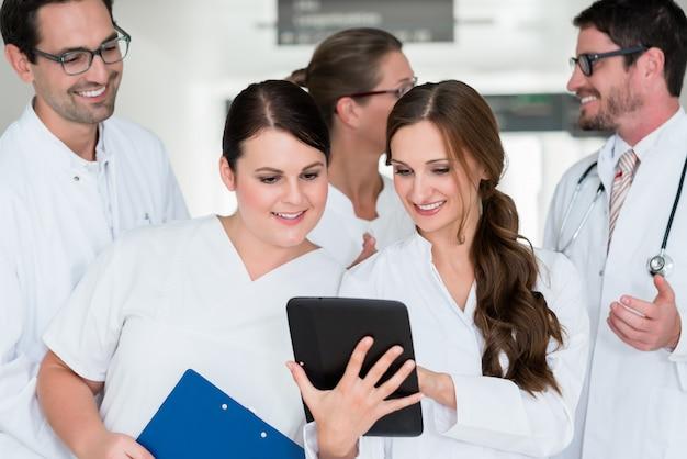 Equipe de médicos no hospital trabalhando em documentos Foto Premium