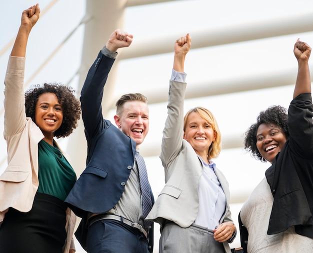 Equipe de negócios bem-sucedida e feliz Foto gratuita