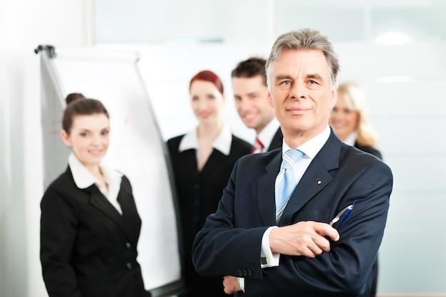 Equipe de negócios com líder no escritório Foto Premium
