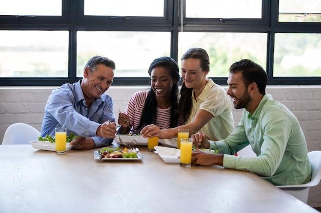Equipe de negócios comendo juntos Foto Premium