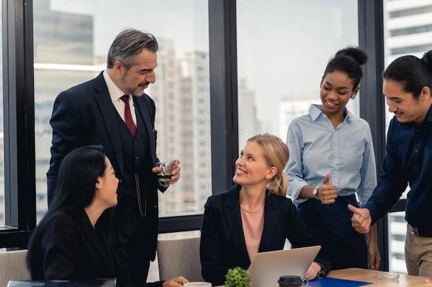 Equipe de negócios corporativos e gerente em uma reunião. Foto Premium