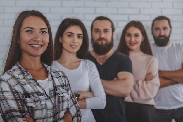 Equipe de negócios criativos de sucesso sorrindo para a câmera Foto Premium