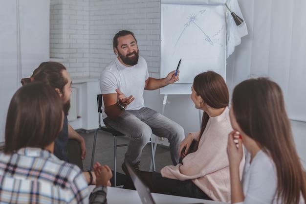 Equipe de negócios criativos trabalhando juntos no escritório Foto Premium