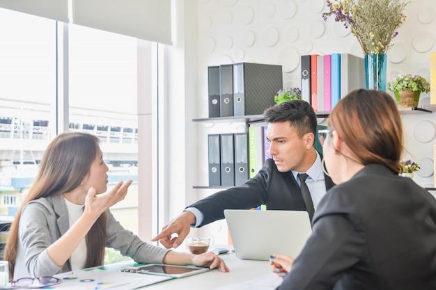 Equipe de negócios do cfo e da secretária e discute as melhorias futuras do crescimento Foto Premium