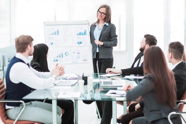 Equipe de negócios faz a apresentação de um novo projeto financeiro para os parceiros de negócios da empresa. Foto Premium