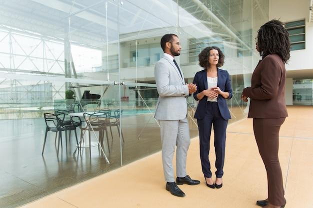 Equipe de negócios inter-raciais, discutindo o projeto Foto gratuita
