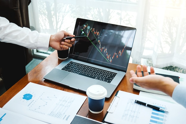 Equipe de negócios investimento empreendedor negociação discutindo e analisando gráfico negociação no mercado de ações Foto Premium