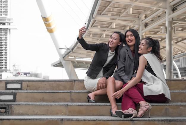 Equipe de negócios jovem definindo ao ar livre tomando uma selfie Foto Premium