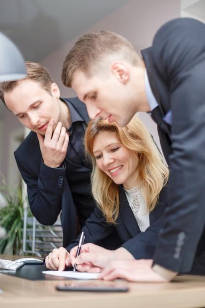 Equipe de negócios no computador no escritório Foto Premium