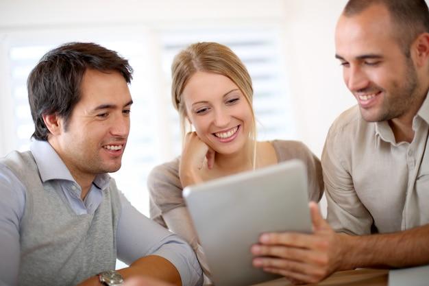 Equipe de negócios no escritório trabalhando em tablet Foto Premium