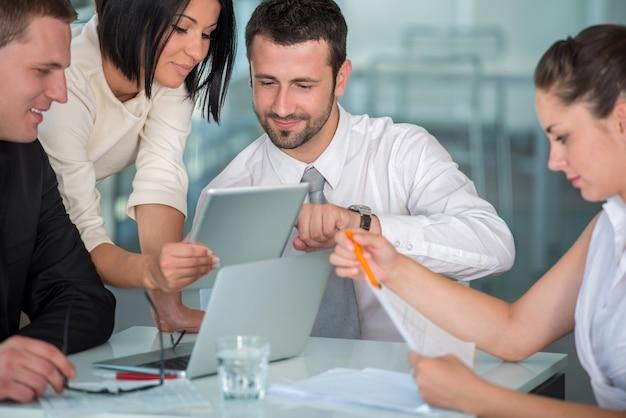 Equipe de negócios no trabalho Foto Premium