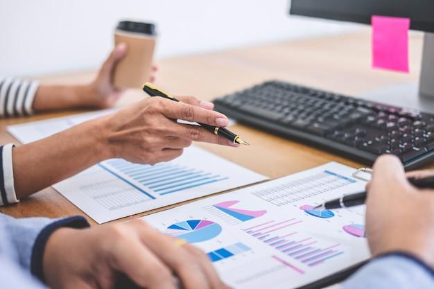 Equipe de negócios trabalhando com novos dados de projeto, discussão e análise de inicialização Foto Premium