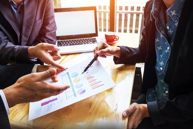 Equipe de negócios trabalhando em um novo plano de negócios com computador digital moderno Foto gratuita