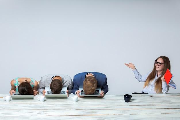 Equipe de negócios trabalhando juntos em seu projeto de negócios no escritório Foto gratuita