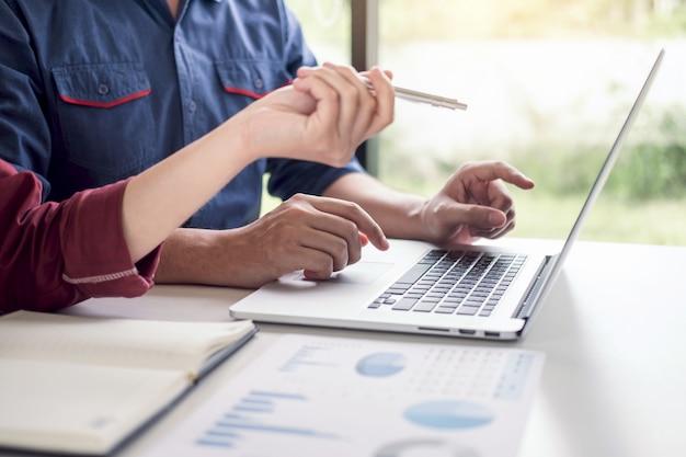 Equipe de negócios trabalhando juntos reunião são consulta com estratégia de projeto Foto Premium