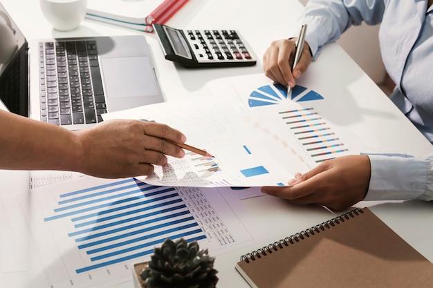 Equipe de negócios, trabalhando na mesa de verificação analisando finanças contabilidade no escritório Foto Premium