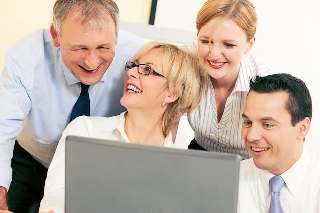 Equipe de negócios, trabalhando no computador Foto Premium