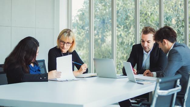 Equipe de negócios, trabalhando no escritório moderno Foto Premium