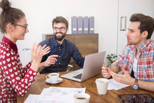 Equipe de negócios trabalhando no escritório Foto gratuita