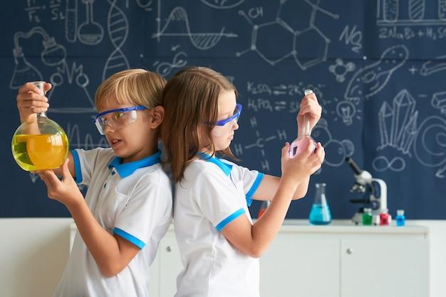 Equipe de pequenos químicos Foto gratuita