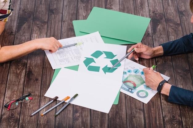 Equipe de resgate fazendo discussão na mesa de madeira de reciclar Foto Premium