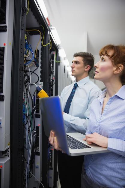 Equipe, de, técnicos, usando, digital, cabo, analisador, ligado, servidores, em, grande, centro dados Foto Premium