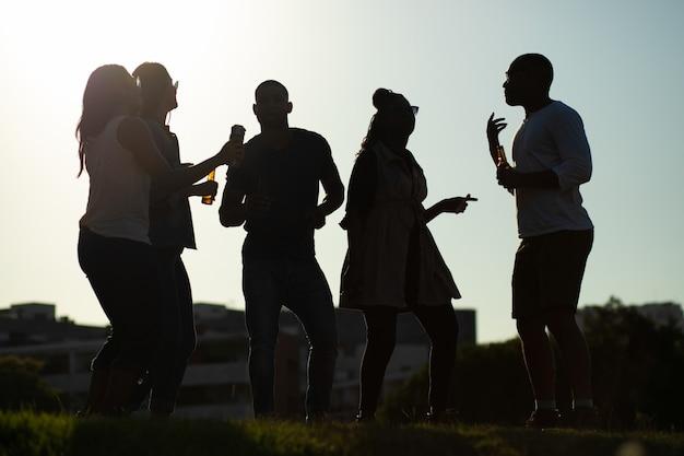 Equipe diversificada de amigos se divertindo na festa ao ar livre Foto gratuita