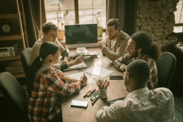 Equipe diversificada de freelancers brainstorming in loft interior Foto Premium