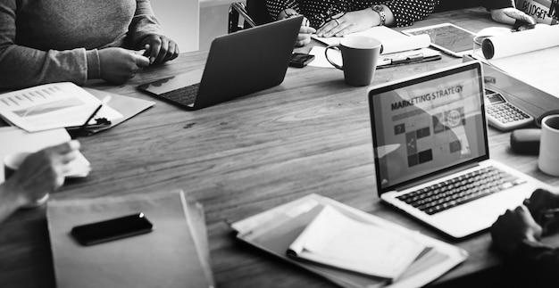 Equipe do negócio que trabalha o conceito do trabalhador de escritório Foto gratuita