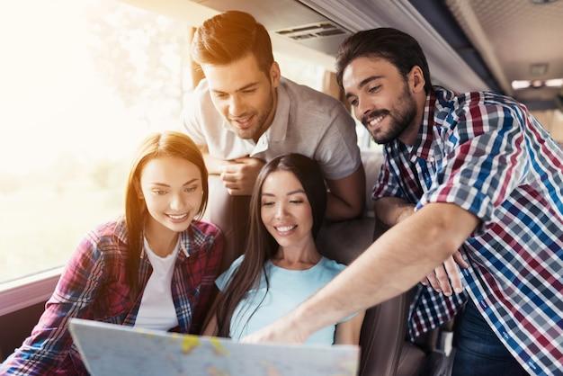 Equipe excited youth estuda um mapa no travel bus. Foto Premium